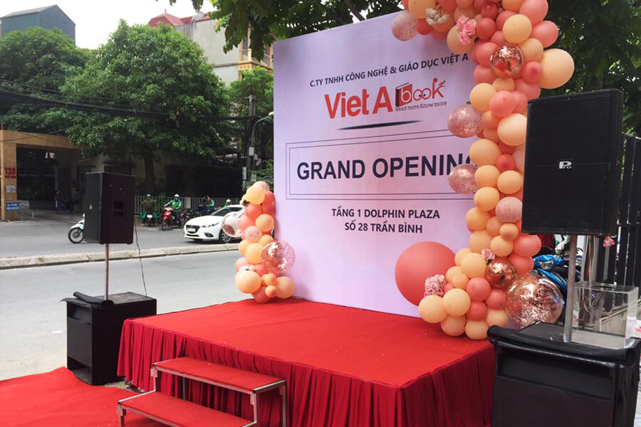 trang-tri-backdrop-san-khau-grand-opening